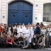 mannequins et etudiants devant l'école